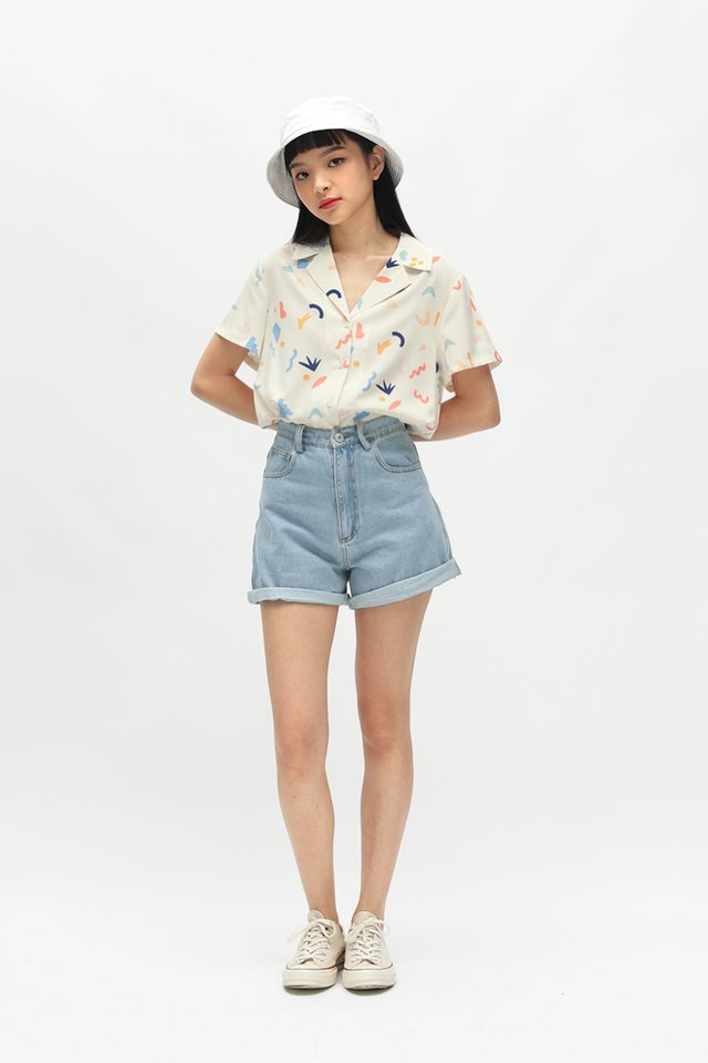 ZOEY DENIM SHORTS IN MID WASH